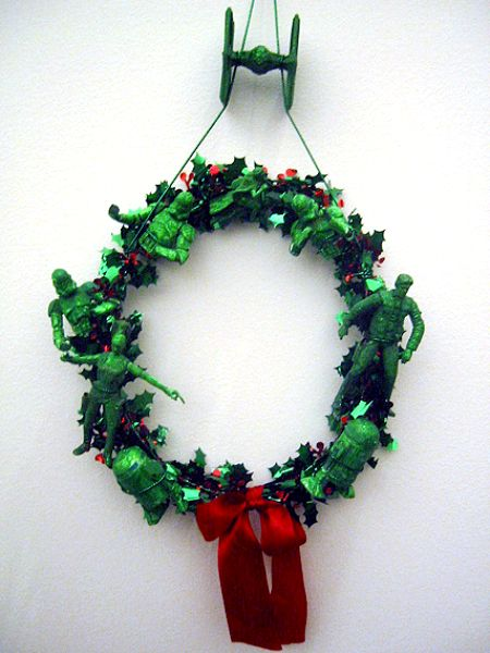 a97284_actionfigurewreath2.jpg
